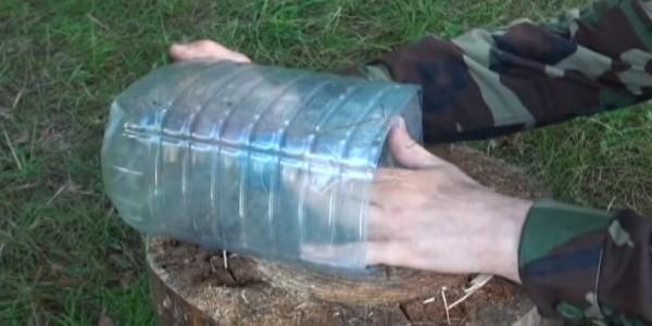 Вставляем обрезанный верх бутылки